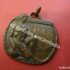 Coleccionismo deportivo: ANTIGUA MEDALLA CON MOTIVO FOOTBALL. REVERSO FECHADA 1930. Lote 178655517