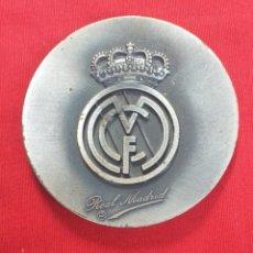 Coleccionismo deportivo: MEDALLON DE FÚTBOL - REAL MADRID FÚTBOL CLUB - CAMPO DEL SANTIAGO BERNABEU - ESTADIO DE DIOSES.. Lote 180221072