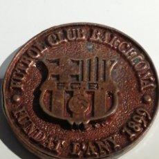 Coleccionismo deportivo: MEDALLA EN RELIEVE ELECCIONES 1977 FUTBOL CLUB BARCELONA.. Lote 183190592