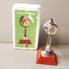 Coleccionismo deportivo: COPA CON MONEDAS CONMEMORATIVA DEL MUNDIAL 82 DE FUTBOL - ACUÑACIÓN 80 - MODELOS INDUSTRIALES. Lote 184809076