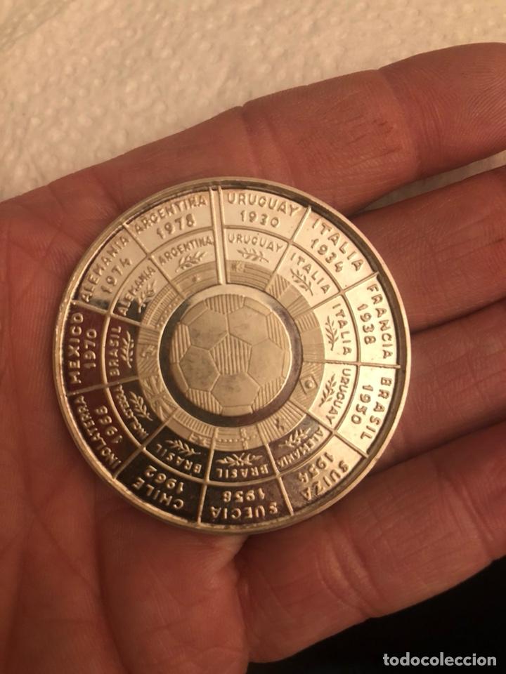 Coleccionismo deportivo: Medalla calendario del fútbol mundial 1982, plata de ley - Foto 2 - 186016068