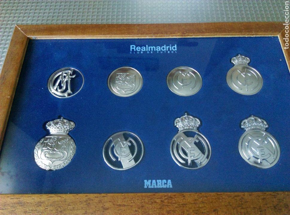 Coleccionismo deportivo: Cuadro trofeo Colección de 8 insignias monedas medallas Real Madrid Marca - Foto 2 - 145161008