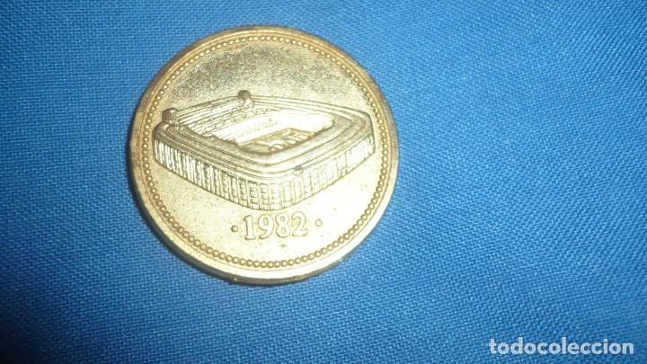 Coleccionismo deportivo: Medalla Real Madrid Santiago Bernabeu 1982 - Foto 2 - 186087841