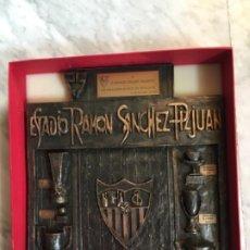 Coleccionismo deportivo: SEVILLA FÚTBOL CLUB PLACA CONMEMORATIVA 25 AÑOS SOCIO. 30 X 34,5. Lote 186226928