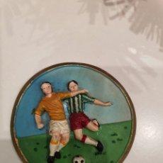 Coleccionismo deportivo: OBJETO TIPO MEDALLA ANTIGUO EN RELIEVE DE FUTBOL. Lote 188770400