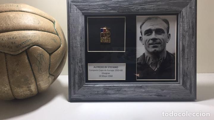 ALFREDO DI STEFANO FOTO FIRMADA Y MEDALLA CAMPEÓN EUROPA 1959-60 (Coleccionismo Deportivo - Medallas, Monedas y Trofeos de Fútbol)