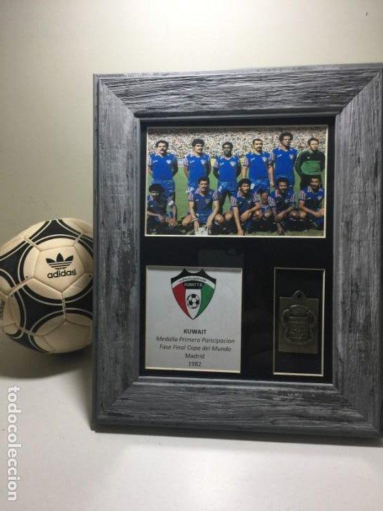 1982 FIFA WORLD CUP ESPAÑA MEDALLA 1ª PARTICIPACION KUWAIT (Coleccionismo Deportivo - Medallas, Monedas y Trofeos de Fútbol)