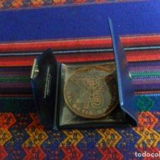 Coleccionismo deportivo: MEDALLA MONEDA REAL BÉTIS BALOMPIÉ 75 ANIVERSARIO 1907 1982 CON ESTUCHE. 6,5 CMS DE DIÁMETRO.. Lote 193670421