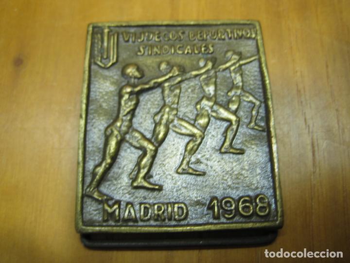 ANTIGUA MEDALLA DEPORTIVA. VI JUEGOS SINDICALES. MADRID 1968 (Coleccionismo Deportivo - Medallas, Monedas y Trofeos de Fútbol)