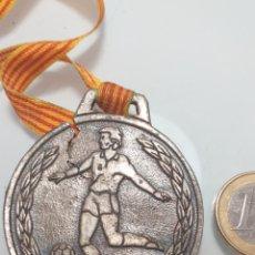 Coleccionismo deportivo: GRAN MEDALLA FUTBOL - NOU BARRIS 1986 (AGRIETADA) JOCS ESCOLARS. Lote 203245047
