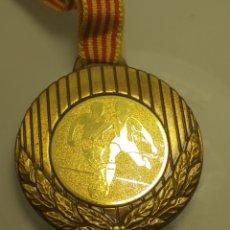 Coleccionismo deportivo: MEDALLA FUTBOL DORADA - VIII DIADA COVES 91 NAYBLAN. Lote 203245380