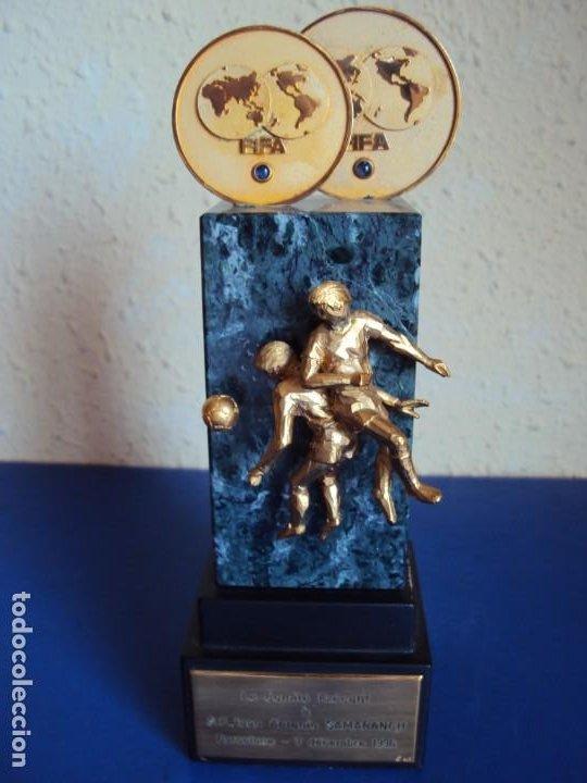 (F-200508)TROFEO OBSEQUIO DE LA FIFA AL PRESIDENTE DEL COI S.E.JUAN ANTONIO SAMARANCH 7-12-1996 (Coleccionismo Deportivo - Medallas, Monedas y Trofeos de Fútbol)
