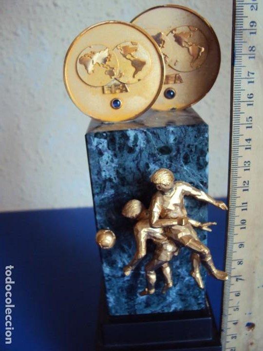 Coleccionismo deportivo: (F-200508)TROFEO OBSEQUIO DE LA FIFA AL PRESIDENTE DEL COI S.E.JUAN ANTONIO SAMARANCH 7-12-1996 - Foto 6 - 206248367