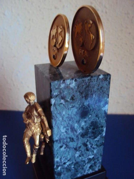 Coleccionismo deportivo: (F-200508)TROFEO OBSEQUIO DE LA FIFA AL PRESIDENTE DEL COI S.E.JUAN ANTONIO SAMARANCH 7-12-1996 - Foto 8 - 206248367