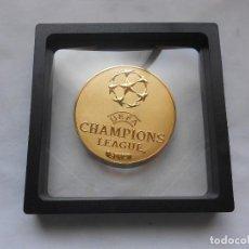 Coleccionismo deportivo: MEDALLA MONEDA UEFA CHAMPIONS LEAGUE 2016 CAMPEÓN REAL MADRID C.F. 7X7X0,5CMS APROX. DORADA. Lote 207084311