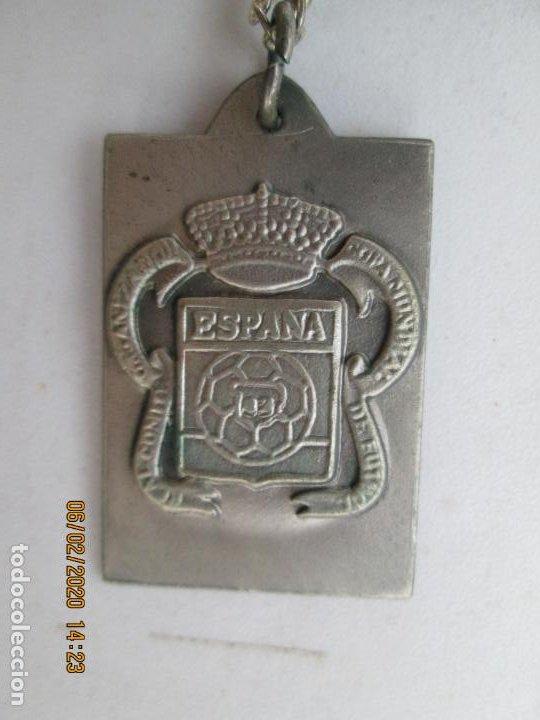 MEDALLA CONMEMORATIVA MUNDIAL ESPAÑA'82 - Nº 2627 - ESCUDO DE ESPAÑA - CON CADENA. (Coleccionismo Deportivo - Medallas, Monedas y Trofeos de Fútbol)