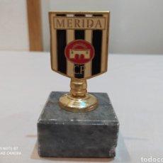Coleccionismo deportivo: ANTIGUO ESCUDO DEL MÉRIDA C. F DE METAL DORADO Y PEANA DE MÁRMOL... PISAPAPELES AÑOS 80. Lote 210106217