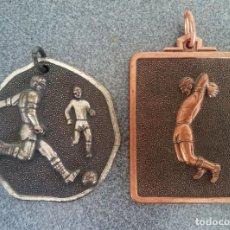 Coleccionismo deportivo: LOTE MEDALLAS ANTIGUAS DE FÚTBOL 1976. Lote 220622378