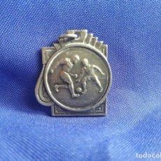 Coleccionismo deportivo: MEDALLA FUTBOL VIEJA DIJE AÑO 1930 40. Lote 222384266