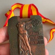 Coleccionismo deportivo: MEDALLA. JUEGOS ESCOLARES NACIONALES. PREMIO DE COLABORACIÓN . COMITÉ NACIONAL DE FÚTBOL INFANTIL. Lote 223687328