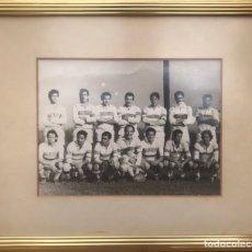Coleccionismo deportivo: ANTIGUO CUADRO 36X33 FOTOGRAFÍA EQUIPO DE FUTBOL -DESCONOCIDO- BLANCO Y NEGRO ENMARCADO. Lote 225210965
