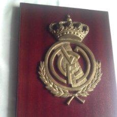 Coleccionismo deportivo: ANTIGUA METOPA REAL MADRID CF, EN BRONCE Y MADERA, TAMAÑO GRANDE. Lote 226298795