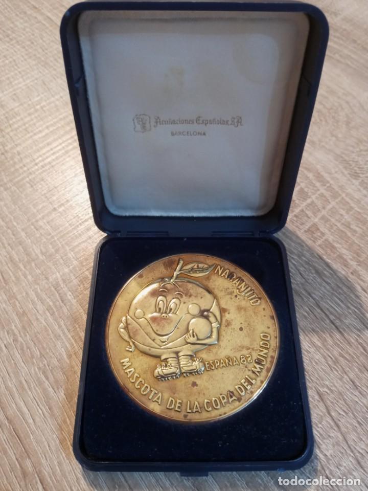 NARANJITO MEDALLA MASCOTA DE LA COPA DEL MUNDO .ESPAÑA 82.DIAMETRO 6 CM. (Coleccionismo Deportivo - Medallas, Monedas y Trofeos de Fútbol)