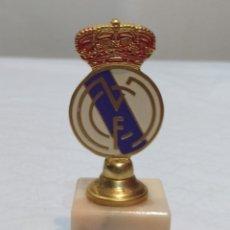 Coleccionismo deportivo: ANTIGUO PISA PAPELES DEL REAL MADRID DE METAL DORADO Y PEANA DE MÁRMOL AÑOS 80. Lote 236448345