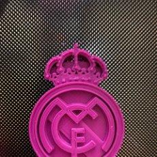 Coleccionismo deportivo: ESCUDO REAL MADRID 5,5 X 4 CM.. Lote 242003655