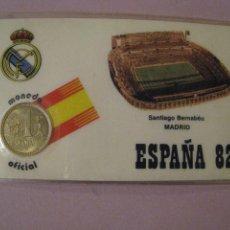 Collezionismo sportivo: TARJETA PLASTIFICADA CON MONEDA 1 PESETA. MUNDIAL 82. REAL MADRID, SANTIAGO BERNABEU. 10,5X6,5 CM.. Lote 244841885