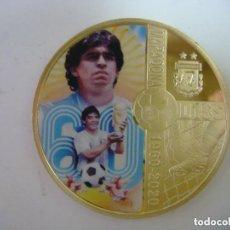 Coleccionismo deportivo: MONEDA DE MARADONA AÑO 1960-2020 DORADA CON SU CAPSULA. Lote 246580925
