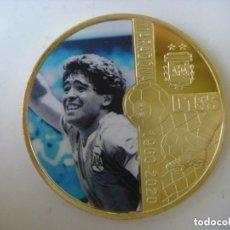 Coleccionismo deportivo: MONEDA DE MARADONA AÑO 1960-2020 DORADA CON SU CAPSULA. Lote 246581705