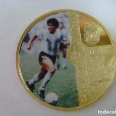 Coleccionismo deportivo: MONEDA DE MARADONA AÑO 1960-2020 DORADA CON SU CAPSULA. Lote 246582365