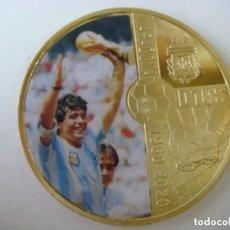 Coleccionismo deportivo: MONEDA DE MARADONA AÑO 1960-2020 DORADA CON SU CAPSULA. Lote 246582880