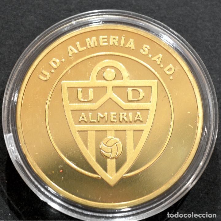 MEDALLA FUTBOL U.D ALMERIA CONMEMORATIVA ASCENSO A PRIMERA DIVISION 2012 2013 METAL CON BAÑO EN ORO (Coleccionismo Deportivo - Medallas, Monedas y Trofeos de Fútbol)