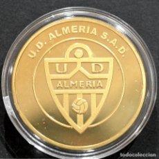 Coleccionismo deportivo: MEDALLA FUTBOL U.D ALMERIA CONMEMORATIVA ASCENSO A PRIMERA DIVISION 2012 2013 METAL CON BAÑO EN ORO. Lote 248498505