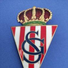 Coleccionismo deportivo: INSIGNIA ESMALTADA. BADGE ANTIGUO, SPORTING DE GIJON, ORIGINAL . PARA PARRILLA DE COCHE, 10 X 5,5. Lote 255551405