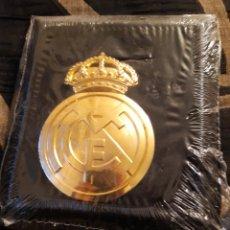 Coleccionismo deportivo: GRAN ESCUDO DEL REAL MADRID, BAÑADO EN ORO DE 24 KILATES. Lote 261128060