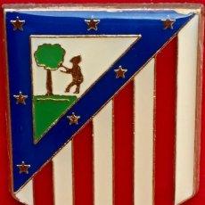Coleccionismo deportivo: PLACA DE BRONCE DORADO - CON ESCUDO ESMALTADO DEL ATLETICO DE MADRID - VINTAGE - C. 1970. Lote 265737534