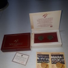 Coleccionismo deportivo: MONEDAS CONMEMORATIVAS DEL MUNDIAL ESPAÑA 82 ESTUCHE 3 ITALIA ARGENTINA DANONE COMPLETO. Lote 269955613