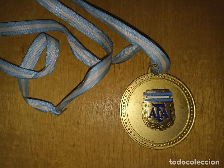 MEDALLA ORIGINAL COPA CONFRATERNIDAD RIOPLATENSE SUB 17 ARGENTINA CAMPEÓN (Coleccionismo Deportivo - Medallas, Monedas y Trofeos de Fútbol)