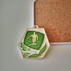 Coleccionismo deportivo: ANTIGUA MEDALLA DEL FUTBOL ITALIANO 1983-84 MICHELIN INSIGNIA. Lote 286284943