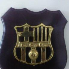 Coleccionismo deportivo: METOPA ESCUDO DEL F.C. BARCELONA EN BRONCE Y MADERA. Lote 289818393