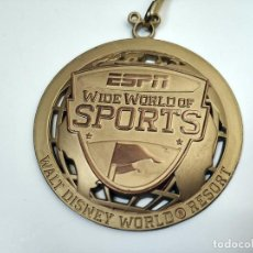 Coleccionismo deportivo: BONITA MEDALLA FUTBOL ESPN WIDE WORLD OF SPORTS WALT DISNEY ORO. Lote 291177863