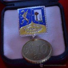 Medallas históricas: INSIGNIA ESCUDO MADRID COLORES LIBERALES. PLATA. Lote 33461529