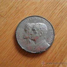Medallas históricas: MEDALLA DE JUAN CARLOS I Y SOFIA REYES DE ESPAÑA / ESCUDO REAL - 1975. Lote 36304003