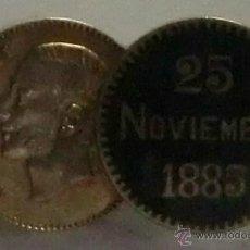 Medallas históricas: MEDALLA BROCHE CONMEMORATIVO DE LA MUERTE DE DON ALFONSO XIII. PLATA Y ESMALTE NEGRO.. Lote 43186432