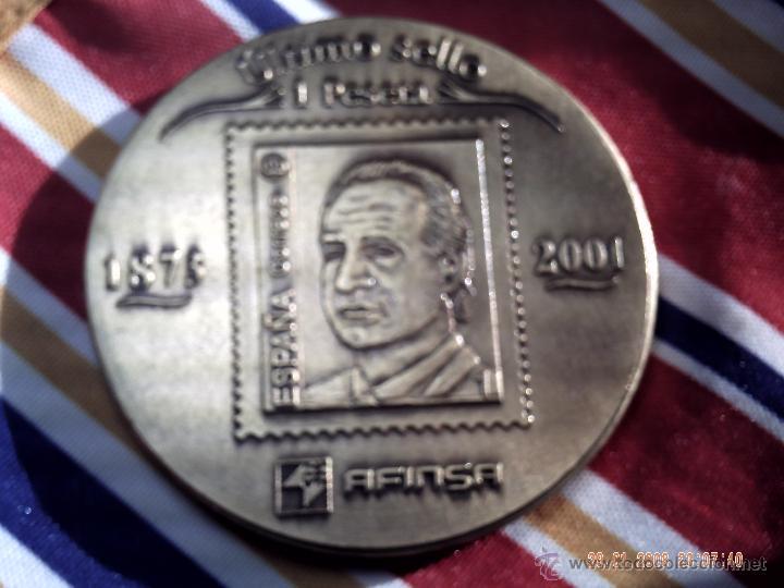 Medallas históricas: MEDALLÓN DE BRONCE. PRIMER SELLO 1 PESETA 1873 A 2001. AFINSA CON LOS REYES AMADEO Y JUAN CARLOS. - Foto 2 - 47126506