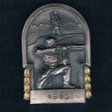 Medallas históricas: 1942 HOMBRE CON ESCOPETA AL FONDO PAISAJE SOBRE FONDO PLATEADO. Lote 47556751