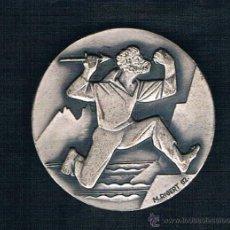 Medallas históricas: HOMBRE CORRIENDO CON DAGA SOBRE FONDO PLATEADO. Lote 47577150